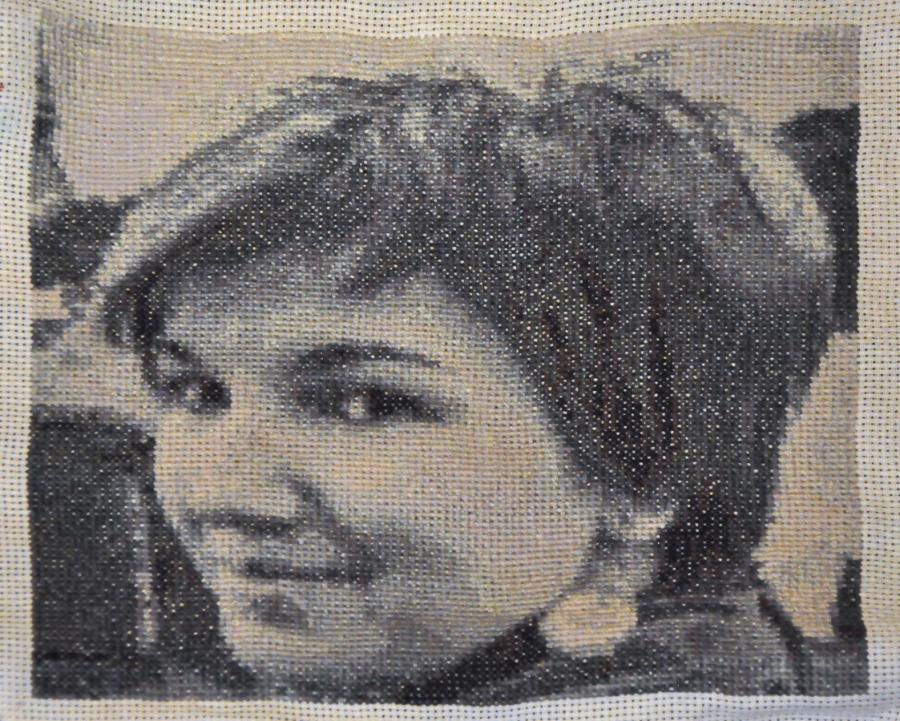 Готовая вышивка Девушка в чёрно-белом