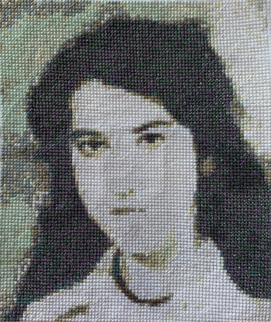 ילדה בשחור לבן עם פנים מוארות